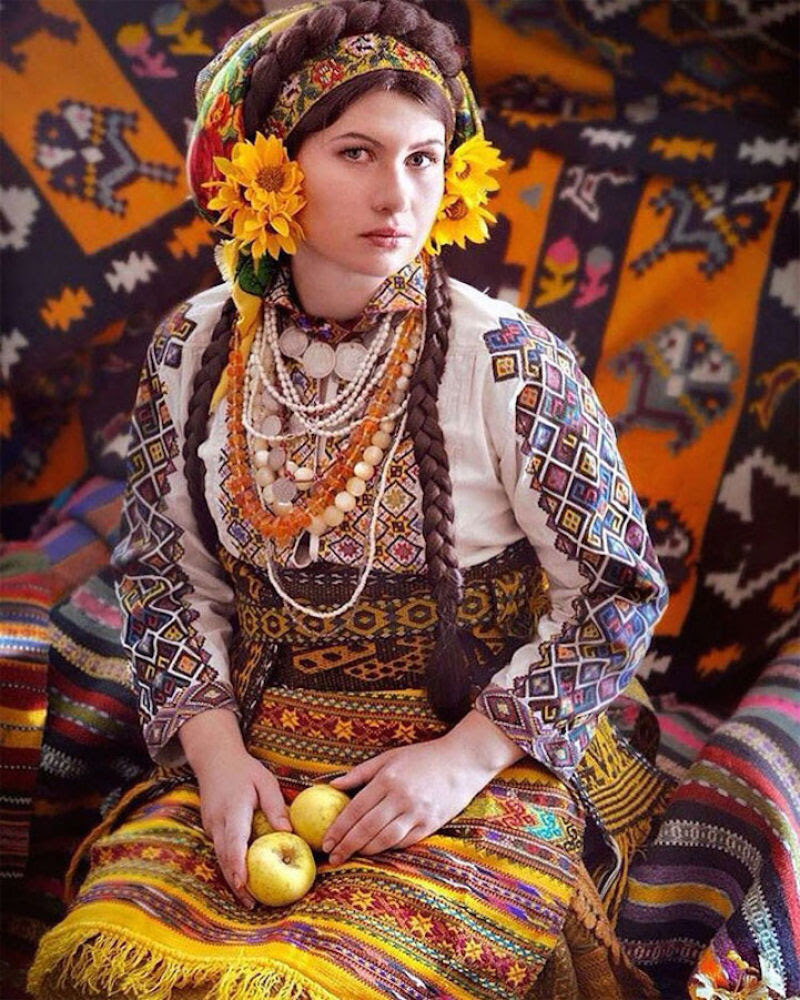 Mulheres modernas usando coroas tradicionais ucranianas dão um novo significado a uma antiga tradição 17