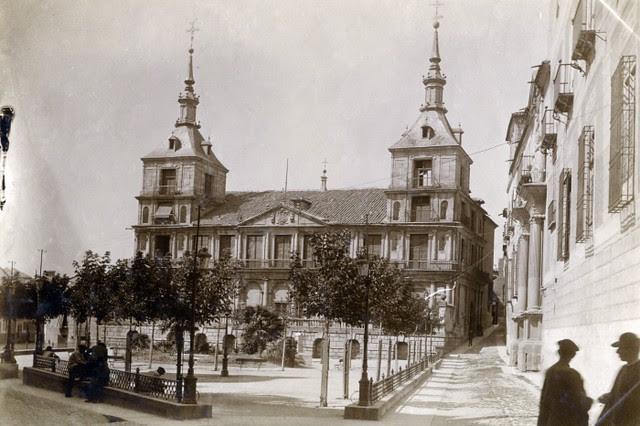 Plaza del Ayuntamiento en junio de 1905. Fotógrafo anónimo. Colección Luis Alba. Ayuntamiento de Toledo