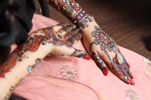 Beautiful-Indian-Bridal-Wedding-New-Mehndi-Designs-Photos-Embroidery-Dulhan-Feet-Mehndi-3
