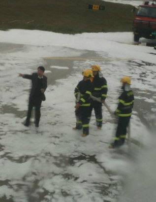 Hình ảnh Trung Quốc: Lính cứu hỏa phun đầy bọt lên nhầm máy bay số 4