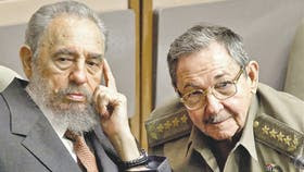 Fidel Castro y su hermano Raúl