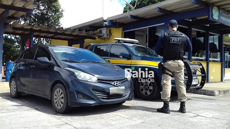 PRF prende suspeito de receptação com carro roubado em Eunápolis. (Foto: Divulgação/PRF)