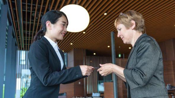 Phụ nữ trao đổi danh thiếp ở Kyoto, Nhật Bản