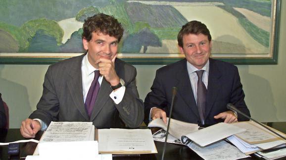 Arnaud Montebourg et Vincent Peillon, le 21 juin 2000, lors de la présentation d\'un rapportportant notamment sur le blanchiment des capitaux en Europe.