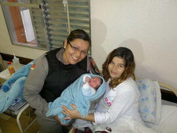 Andreia e Maicol com a soldada Leana na maternidade (Foto: Maurício Gaspareto/RBS TV)