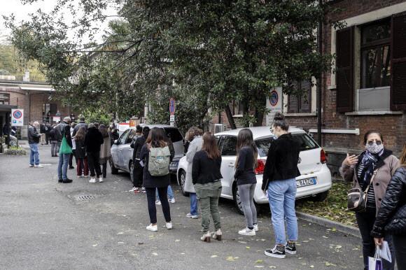 20일(현지시각) 이탈리아 롬바르디아주 밀라노의 한 병원 앞에 시민들이 코로나19 검사를 위해 줄을 서 있다. EPA 연합뉴스
