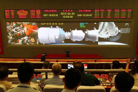 Các quan chức theo dõi cuộc kết nối tại Trung tâm kiểm soát hàng không vũ trụ Bắc Kinh.