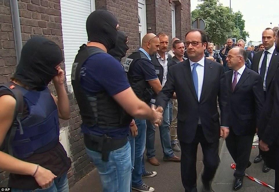 """O presidente francês, François Hollande (na foto de visitar o local do ataque na terça-feira), apelou para a """"unidade"""" na França, poucos dias depois de outro ataque no Dia da Bastilha viu 85 pessoas abatidos durante as celebrações de fogo de artifício"""