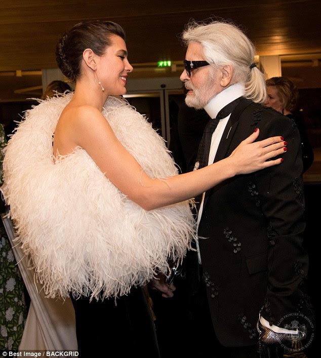 Bem-desejos: A noiva-a-ser compartilhou um momento afetuoso com o designer Karl Largerfeld