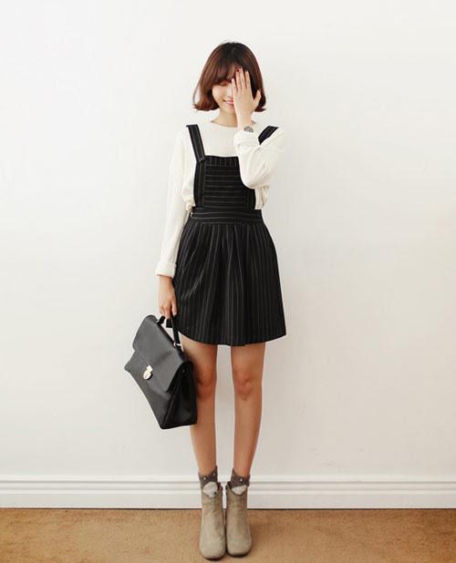 Váy không tay và váy yếm của mùa hè trong chốc lát đã được làm mới bằng áo len mỏng mặc trong.