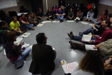 Participantes en el espacio del movimiento transición.