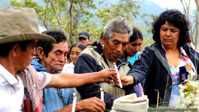 Servicio en memoria de líderes lenca asesinados durante la campaña contra la represa de Agua Zarca