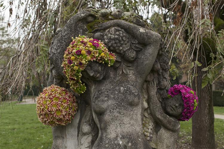 Fleurs sur statues publiques
