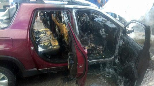 Carro de morador de Queimadas ficou destruído após pegar fogo em Valente   Foto: Notícias de Santaluz