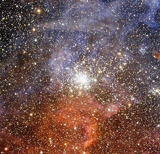 O NGC 2100 tem cerca de 15 milhões de anos e situa-se na galáxia Grande Nuvem de Magalhães