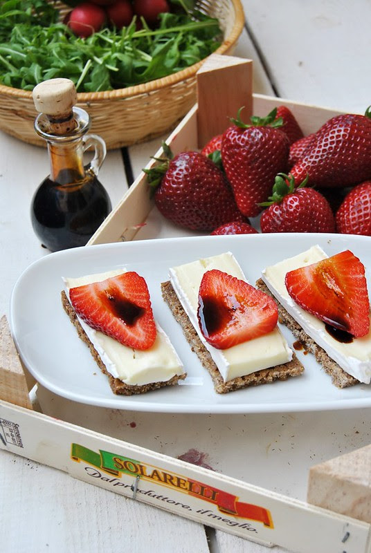 Brie, strawberries and balsamic vinegar tartines