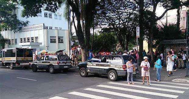 Viaturas das policias Militar e Civil foram para o local depois do homicídio (Marcelo Oliveira/EM/D.A.Press)