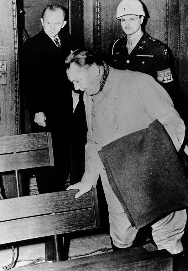 Un periodista dijo que pegó con goma de mascar la cápsula de cianuro en el asiento de Göring