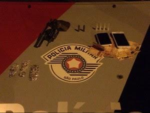 Apreensão de revólver em Piquete (Foto: Divulgação/Polícia Militar)