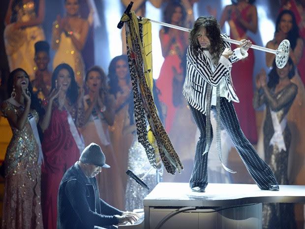 Steven Tyler, vocalista do Aerosmith, subiu no piano durante sua apresentação no Miss Universo (Foto: Alexander Nemenov/AFP)