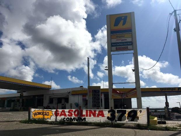 Postos de combustíveis fazem promoção e baixam o valor da gasolina (Foto: Mariana Rocha/Inter TV Cabugi)