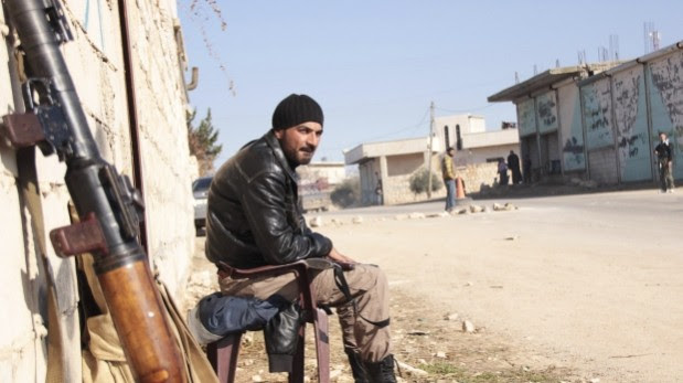Un miliciano rebelde monta guardia en la provincia de Idlib, al norte de Siria. (Foto: Reuters)