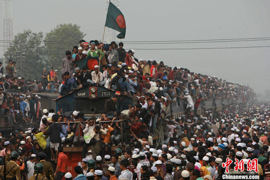 Bangladesh Muslims on crowded train after Bishwa Ijtema