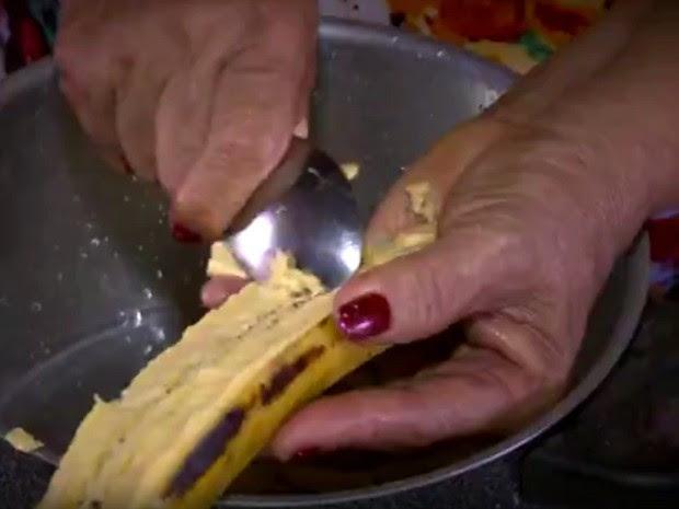 Banana pacovã é 'estrela' do mingau, que ainda leva castanhas (Foto: Reprodução/TV Amazonas)
