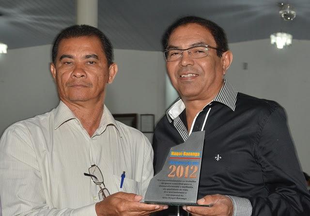 Pr. Adalberto, da Igreja Assembleia de Deus Madureira, entrega o prêmio ao jornslista Luís Cardoso. Foto: Divulgação