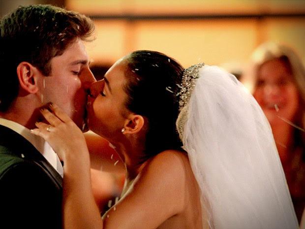 Suelen dá um beijasso em Roni no altar (Foto: Avenida Brasil / TV Globo)