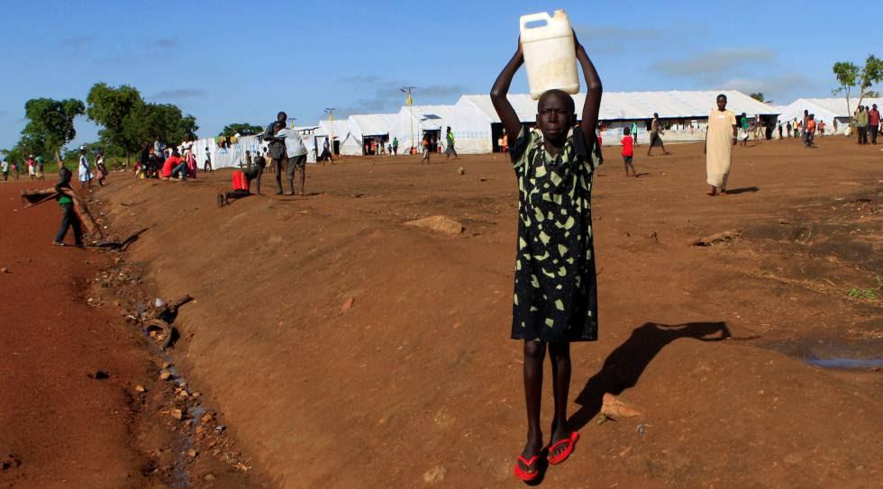 Una refugiada lleva una jarra de agua en el campamento de Palabek en Lamwo, en el norte de Uganda el pasado viernes.