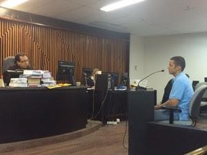 Arthur Fonseca presta depoimento durante o julgamento (Foto: Michelle Farias/G1)