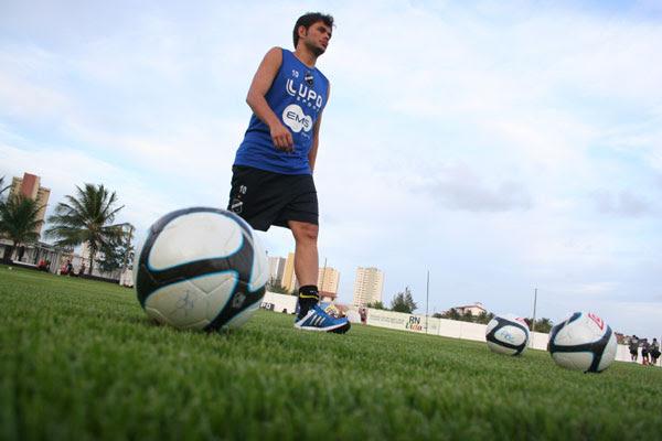 O meia Júnior Xuxa, que voltaria ao ABC para a próxima temporada, não é aceito pelo treinador