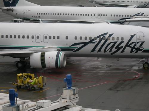 2008-03-10 N775AS Alaska 737-400 at SEA Engine open (1)