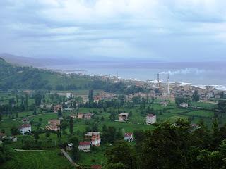 Evlerinin manzarası. Eskipazar, çay fabrikası ve sahil