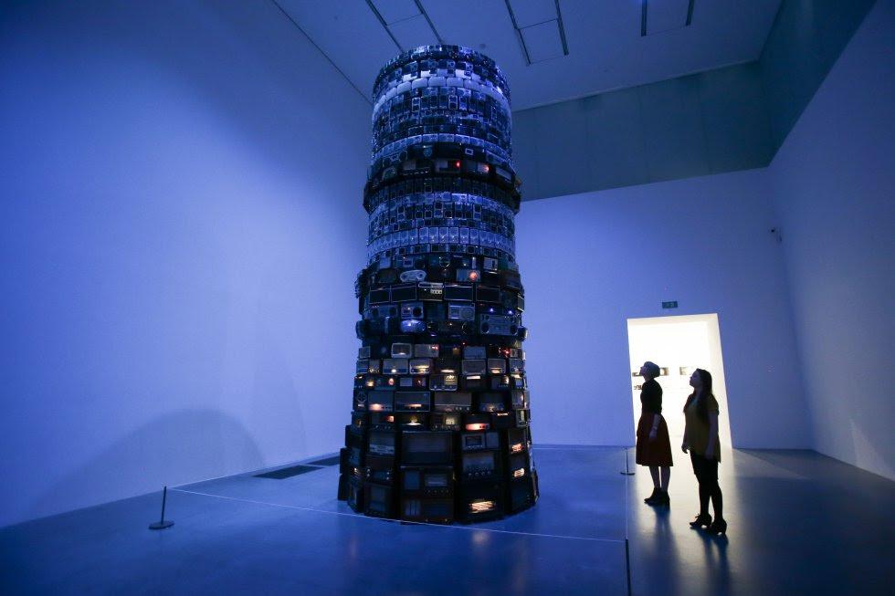 Los museos han estado habitados por hombres, blancos y europeos (o del Primer Mundo). Pero no solo los artistas, también de los que usaban las piezas que se conservan en museos arqueológicos o de artes decorativas. Pero la sensibilidad está cambiando. Así, en la ampliación que se inauguró el pasado verano de la Tate Modern de Londres se aprovechó para releer la colección, para dar cabida a artistas que hasta ahora eran una excepción, que han estado al margen: las mujeres o los que proceden de lugares lejanos a ejes artísticos, como el brasileño Cildo Meireles, cuya instalación 'Babel' -en la imagen-, ocupa una sala de la Tate.