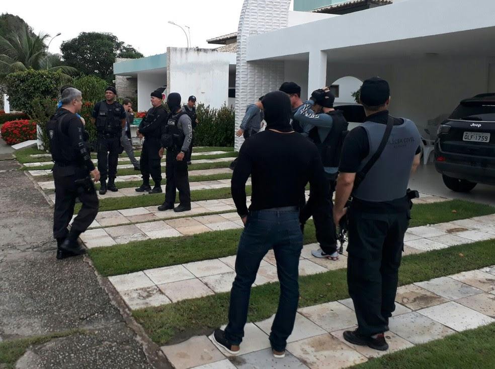 Equipes do Gecoc fazem buscas na casa de Jacó Brandão (Foto: Divulgação/Ascom MP-AL)