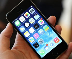 iphone 5s 300x245 مقارنة بين جالاكسي اس 5 و ايفون 5 اس