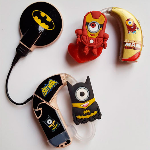 Aparelho auditivo decorado para crianças.