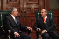 El embajador de Cuba en México, Dagoberto Rodríguez, y el presidente, Felipe Calderón. Foto: Benjamin Flores