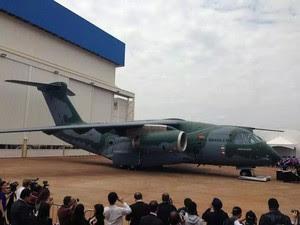 O primeiro protótipo do avião de transporte militar KC-390 produzido na fábrica de Gavião Peixoto (Foto: João Barbosa/Arquivo Pessoal)