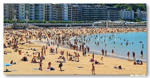 Overcrowded beach by VRfoto