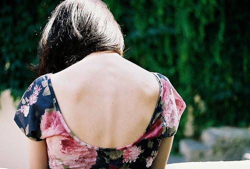 Dentro dela habitava um silêncio ensurdecedor, que falava por si, tentando calar a dor. Mas mesmo com os olhos marejados e o coração em pedaços, ela sorria, antes que a tristeza lheescorressepelos olhos. (Amor & outras guerras)