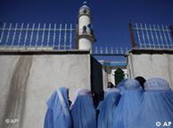 Mulheres afegãs fazem fila para votar em mesquita