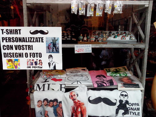Vetrina con T-shirt Gangnam Style by Ylbert Durishti