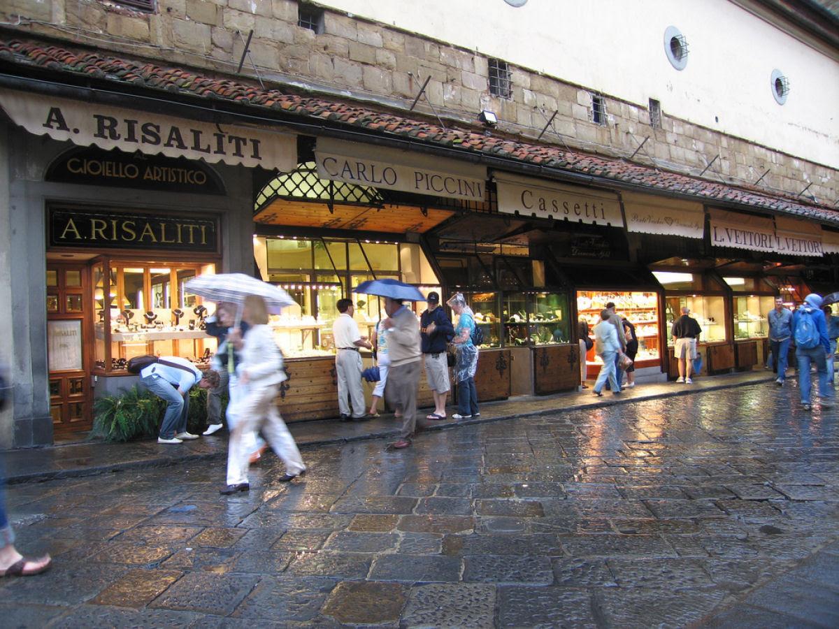 Ponte Vecchio: A Ponte Medieval cheia de lojas em Florença, Itália 07