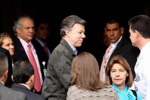 El presidente de Colombia, Juan Manuel Santos (c), fue registrado a su llegada al centro hospitalario de la Fundación Santa Fe, en Bogotá (Colombia), donde se recupera de una operación por un cáncer de próstata. EFE