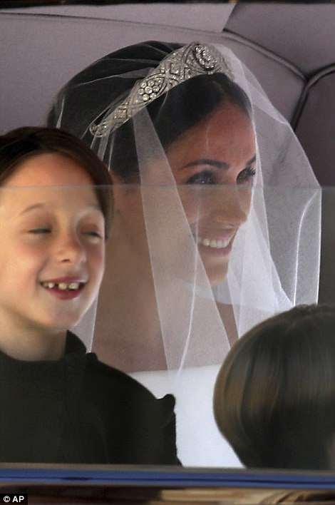 Meghan aparece en su vestido de novia de £ 200,000 para su boda con el Príncipe Harry en Windsor