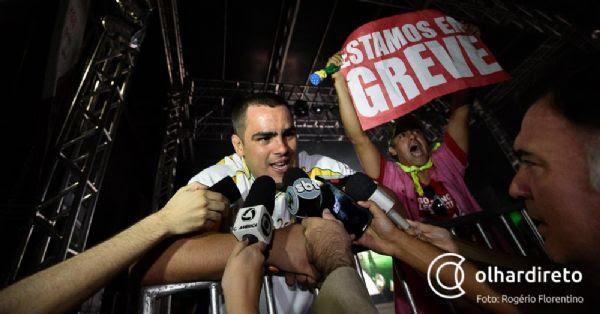 Advogado invade entrevista de David Moura durante encerramento da tocha;  fotos