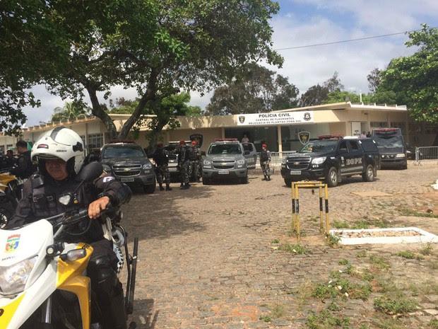 Polícia ao lado de Alcaçuz antes da intervenção (Foto: Andréa Tavares)